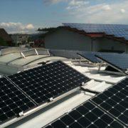 Photovoltaik Solaranlage – Flachdachanlage auf Industriebau mit Trapezblech erzeugt Solarstrom