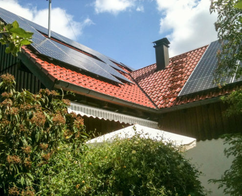 Photovoltaik Solaranlage mit Batteriespeicher – Privathaus in Peterzell erzeugt Solarstrom für den Eigenverbrauch